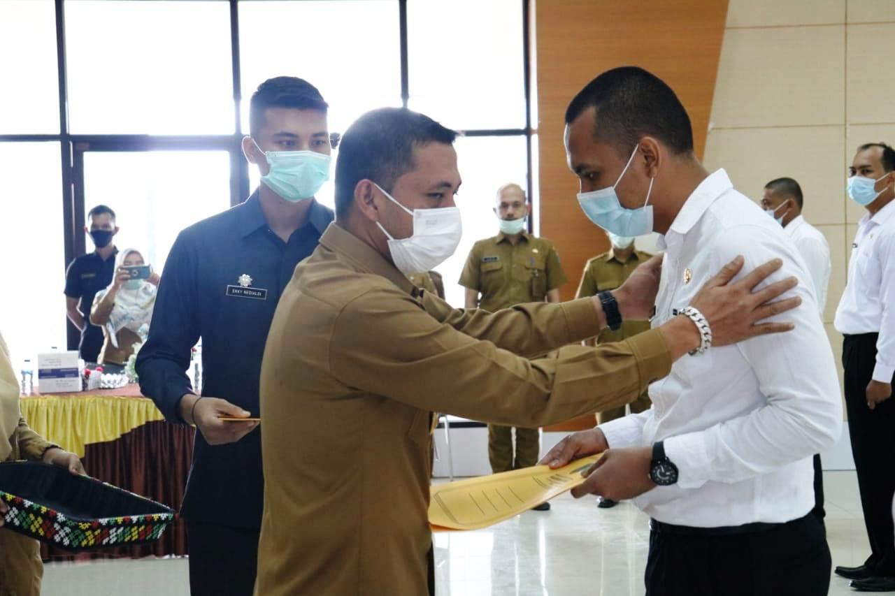 Bupati Paluta Andar Amin Harahap mengucapkan selamat saat menyerahkan SK CPNS